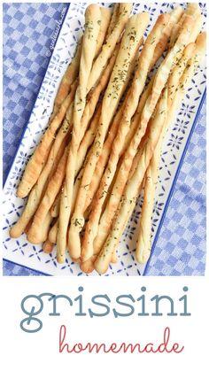 """Grissini–diese langen, dünnen, knusprigen Brotstangen aus dem Piemontwerden in Italien gerne zu Wein gereicht und verkürzen die Wartezeit während man auf das """"richtige"""" Essen w…"""