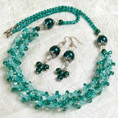 """""""Serena""""+–+souprava+(náhrdelník+++náušnice)+Šitá+souprava+v+tyrkysových+tónech,+vyrobená+z+voskovaných+perel,+čirých+skleněných+tvarovek+a+rokajlu+Preciosa.+Barevná+kombinace:+odstíny+tyrkysové,+krystal+Zapínání+-+karabinka+(platina).+Obvod+náhrdelníku+57cm.+Délka+náušnic+(od+očka+háčku):+5cm+Afroháček+bez+olova+a+niklu+(silikonové+zarážky+jsou+součástí..."""