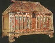 TRÍPTICO -RELICARIO Una de las obras de arte más importantes de la Edad Media aragonesa es el tríptico-relicario que, procedente del monasterio de Piedra, se conserva, desde 1851, en la Academia de la Historia de Madrid.  El tríptico es un mueble en forma de armario, de poca profundidad y grandes dimensiones (2,44 m. de alto por 3,67 m. de ancho): en él pueden distinguirse tres partes: el tablero del fondo, el coronamiento y las puertas de cierre.  Sujeto a un grueso armazón, el tablero…