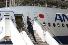 http://www.fashionsnap.com/news/2014-04-24/ana-uniform-hanyu/gallery/index3.php   ANAの新制服は「エレガントで上品」羽生選手が発表会に登場
