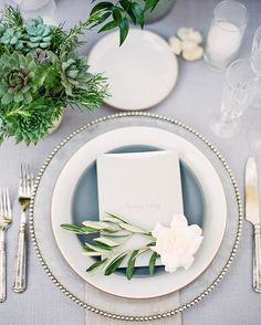 The softest greys mixed with pops of white and greens are the dreamiest wedding reception inspiration. Tabletop, Table Top Design, Wedding Plates, Wedding Place Settings, Wedding Pinterest, Simple Flowers, Decoration Table, Wedding Styles, Wedding Reception