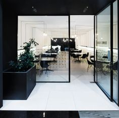 The ceramic flooring, of a discreet beige hue, provides a cosy atmosphere that contrast with other elements such as the golden details of the lighting, the sinuous counter of Nero Marquina veined marble and the diamond-shaped geometry repeated both in Faz furniture by Vondom and in the tiling.