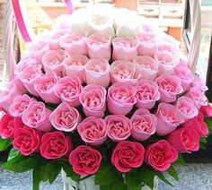Ombre' white to pink rose floral arrangement. Deco Floral, Arte Floral, Beautiful Rose Flowers, Pretty Flowers, Pink Flowers, Colorful Roses, Beautiful Beach, Ikebana, Rose Flower Arrangements