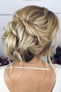 Beautiful updo wedding hairstyle idea #weddinghair #hairstyle #updo #messyupdo #messyupdohairstyle #weddingupdo #hairupdoideas #hairideas #bridalhair