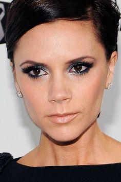 Victoria Beckham maquiagem prata e preta iluminada