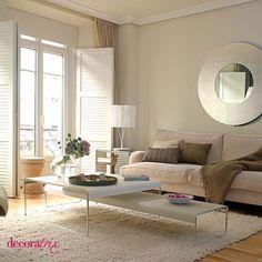 Salón de estilo moderno/zona de estar con espejo redondo