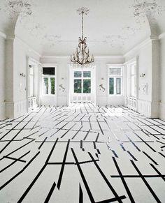 Pavimento moderno bianco e nero in contrapposizione con lo stile classico della casa.