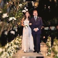 Fala se não é pra morrer de amores ❤️ lindo o vestido, linda a cerimônia. Patricia Abravanel e Fábio Faria. Fotos Caras Brasil #casamento #wedding #eventplanner #assessoria #bride #inlove #weddingdress #weddinglove #instanoivas #evedeso #eventdesignsource - posted by Bride's Dream Brasil https://www.instagram.com/bridesdreambrasil. See more Event Planners at http://Evedeso.com