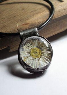 Zaszklona stokrotka. Biżuteria ze szkła i Tiffany. Suszony kwiat.  Moje MW