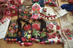 Hungarian Embroidery Now here is a terrific winter project - Hungarian embroidered mittens. Embroidery Stitches, Embroidery Patterns, Hand Embroidery, Scandinavian Embroidery, Folk Clothing, Hungarian Embroidery, Textiles, Knit Mittens, Chain Stitch