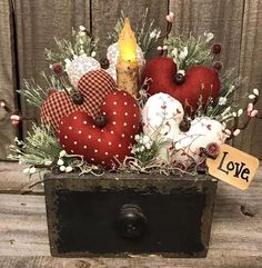 Valentine's Day is adorned with numerous craft specialties. Handmade crafts infuse Valentine's Day with a special color. Numerous easy-to-make craft … Valentines Decoration, Fun Valentines Day Ideas, Valentine Wreath, Valentine Day Crafts, Valentine Heart, Holiday Crafts, Diy St Valentin, Diy Décoration, Diy Crafts