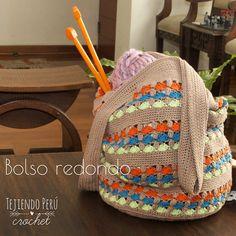 Bolso redondo calado tejido a crochet en varios colores de hilo!Ideal para llevar el tejido, los accesorios para el bebé, para la playa, etc. El paso a paso ya está en nuestra web: tejiendoperu.com