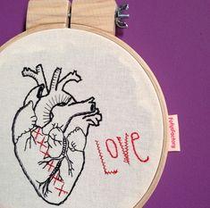 """Quadrinho bastidor bordado a mão """"Love"""" *sob encomenda* - FofysFactory"""