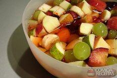 Salada de frutas com calda de laranja e mel, em Saladas, ingredientes: 400 g de abacaxi cortado em pedacinhos (2 xícaras de chá), 3 bananas cortadas em rodelas, 2 maçãs com casca. cortadas em quadradinhos, 240 g de morango cortado em fatias finas (1 1/3), 300 g de uva verde sem sementes, Suco de 4 laranjas, 4 colheres (sopa) de mel...