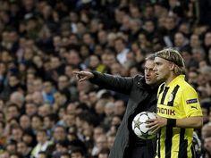 Der Trainer von Real Madrid, Jose Mourinho (l), spricht mit Marcel Schmelzer und scheint dem Spieler von Borussia Dortmund Anweisungen zu geben. (Foto: Kote Rodrigo/dpa)