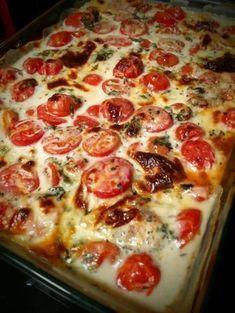 Ein toller Auflauf aus Hähnchenbrust-Filet, Tomaten, frischem Basilikum und einer Schmelzkäse-Sahne-Soße. Kommt garantiert gut an! :-)