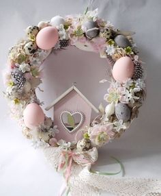 Look for old birdhouses at thrift store to makeover for wreaths Diy Osterschmuck, Easy Diy Crafts, Diy Wreath, Wreath Ideas, Mesh Wreaths, Mesh Bows, Wreath Burlap, Diy Ostern, Diy Easter Decorations