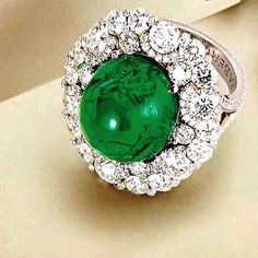For all emerald lovers, this cabouchon whit diamonds in white gold 18k beauty ring. SLVH ❤❤❤