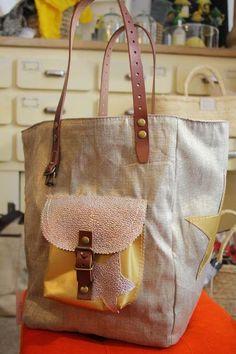 pomponette ................YES.... Diy Sac, Tapestry Bag, Recycle Jeans, String Bag, Jute Bags, Types Of Bag, Handmade Bags, Travel Bags, Bag Making