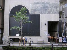 明大前にあるキッド・アイラック・アート・ホールの地下1階にあるのが「ブックカフェ・槐多」。