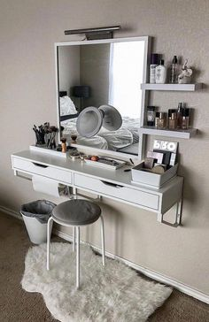 ▷ makeup vanity ideas to create your very own beauty salon Every girl deserves her very own glam up space. Create your very own beauty salon at home with these awesome makeup vanity ideas. Small Makeup Vanities, Bathroom With Makeup Vanity, Makeup Vanity Decor, Makeup Vanity Organization, White Makeup Vanity, Mirrored Vanity, Makeup Storage, Floating Shelves Bedroom, White Floating Shelves