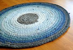 根気強く編めば大きなラグも作ることができます。グラデーションになるように色を変えて編むのも素敵。お部屋のインテリアの色にも合わせたいですね。椅子カバー同様、洗濯しやすいのもメリットです。