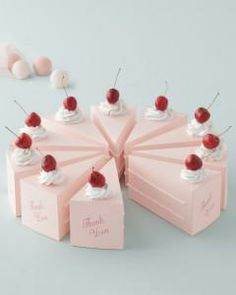 Cute! Cake shaped wedding favor boxes.