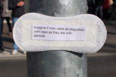 Eine Frau schreibt feministische Botschaften auf Slipeinlagen und verteilt sie in der Öffentlichkeit