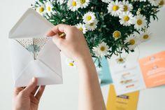 Svadobné tlačoviny ideálne k jarnému počasiu, keď raz prší a raz svieti slnko. Podčiarknite tak romantickú atmosféru. Set je vytlačený na tvrdom 300g recyklovanom papieri. Veľkou vychytávkou je jeho otváracia časť. Nakuknite dovnútra. Cards, Maps, Playing Cards