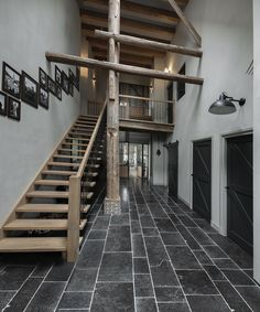 ontvangsthal met riante trappartij in stolpboerderij, gebruikmakend van de oude houten gebinten als uitgangspunt van het ontwerp. Realisatie interieurontwerp en advies exterieur. Living Spaces, Stairs, Interior Design, Home Decor, Nest Design, Home Interior Design, Stairway, Interior Designing, Staircases
