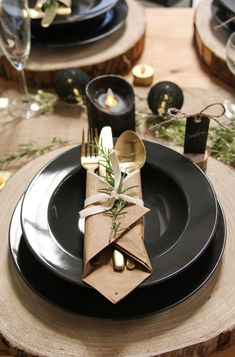 Christmas Table Decorations 66634 Cutlery presentation for a rustic Christmas while in kraft Black Christmas, Christmas Mood, Rustic Christmas, Christmas Trends, Christmas Swags, Christmas Ornament, Simple Table Decorations, New Years Decorations, Christmas Table Settings