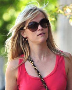 Reese Witherspoons casual, blonde hairstyle