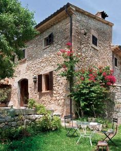 Mediterranean Villa Gets In Touch With Nature Through A Stone Facade. villa in Mallorca and it was designed by Mastre Paco. Tuscan Style, Mediterranean Style, Beautiful Villas, Beautiful Homes, Beautiful Interiors, Country House Design, Stone Facade, Italian Home, Stone Houses