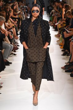 See all the Collection photos from Max Mara Spring/Summer 2019 Ready-To-Wear now on British Vogue Black Women Fashion, 80s Fashion, Curvy Fashion, Runway Fashion, Boho Fashion, Fashion Looks, Fashion Outfits, Fashion Design, Fashion Trends