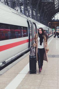 Lifestyle-Blogger auf dem Weg zur ITB Reisemesse - ICE Express-Zug - Frankfurt Hauptbahnhof - Gepäck Rimowa und Michael Kors - Kunstfell-Mantel