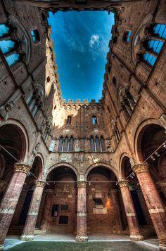 Patio del Ayundamiento de Siena, Italia