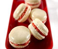 Erdbeer-Macarons: Das Geheimnis dieser himmlischen Leckerei liegt in der Erdbeer-Buttercreme! #Rezept #Backwelt #Macarons #Erdbeeren