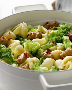 Pastaschelpen met worst en broccoli #15gram Broccoli, Spatzle, Pasta Noodles, Penne, Pasta Dishes, Pasta Recipes, Pasta Salad, Fruit Salad, Salads