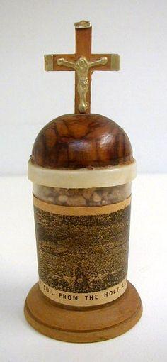 Soil from the holy land. Souvenir de la terre sainte. Vintage. Bois d'olivier.
