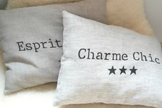 Un style scandinave et naturel pour ce coussin en lin avec étoiles et inscription : Textiles et tapis par 3-pommes-dans-un-panier