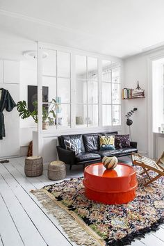 Here are some doable living room decor and interior design tips that will make your home cozy and comfortable for family and friends. My Living Room, Home And Living, Living Room Decor, Living Spaces, Red Interior Design, Interior Decorating, Studio Interior, Deco Addict, Piece A Vivre