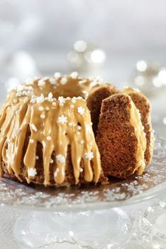 Christmas spiced cake with caramel sauce and cream cheese icing Cheesecakes, Glaze For Cake, Cakes Plus, Savory Pastry, Sweet Pastries, Dairy Free Recipes, No Bake Desserts, I Love Food, Yummy Cakes