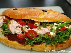 Fougasse fylt med kylling, bacon, salat, tomat, rød pesto og aioli Aioli, Salmon Burgers, Pesto, Sandwiches, Chicken, Ethnic Recipes, Food, Essen, Meals