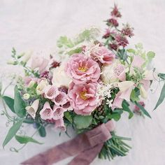 A gorgeous spring bouquet by @kelly_perry. Photo by @heatherpaynephoto by oncewed