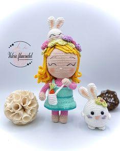Retrouvez le tutoriel pour réaliser cette poupée de 23 cm de hauteur qui se prénomme Mélanie. Elle est aux couleurs pastels avec un lapin sur la tête. #poupée #poupee #crochet #lapin #fleur #paques #pâques Crochet Amigurumi, Pastels, Christmas Ornaments, Holiday Decor, Tutorial Crochet, Pastel Colors, Rabbits, Flower, Christmas Jewelry