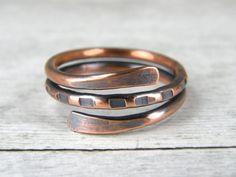 ♦ Anticato anello di rame, Boho anello, anello di filo di rame. Realizzato da filo di rame, è archiviato, martellato, anticato con LOS e lucidato a mano. Questo anello è semplice eppure contemporaneo. Questo anello di rame fatta di 100% puro rame solido in qualsiasi dimensione. Anello mostrato in foto è taglia (8). Da punta a punta è largo poco meno di 3/8.  ♦ Fatto da filo di rame del calibro 12.  Per un anello più pesante più spesso visto il mio anello 10 calibro inserzione per lo stesso…