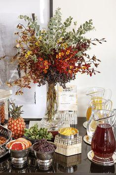 Para florir nosso cantinho, orquídeas variadas, acácias mimosas e ligustros foram dispostos, por Dani Mendes da Milplantas, de forma descontraída, emvasos decristaltransparentes, comdesigndelicado e moderno, da tradicional marca sueca Orrefors à venda na Luxe 4 Home.