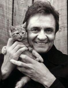 A pré-venda online da megabox Johnny Cash: Complete Columbia Albums Collection se iniciou nesta sexta-feira (24). A caixa com 61 discos do eterno Homem de Negro custa US$ 329,99 (cerca de R$ 670, sem as taxas de entrega) e está prevista para chegar às lojas em 30 de outubro, segundo a gravadora Sony Music...