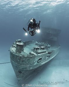 Underwater Photo: Cinematographer at work at the Ex-USS Kittiwake by Ellen Cuylaerts Underwater Drawing, Underwater Pictures, Underwater Shipwreck, Underwater World, Scuba Diving Equipment, Under The Ocean, Abandoned Ships, Best Scuba Diving, Snorkelling