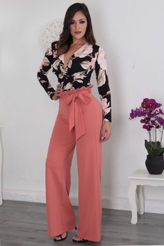 Love how these flowy peach high-rise pants go with this floral blouse. She looks ready to take on the world! New Look Fashion, Over 50 Womens Fashion, Fashion Wear, Fashion Pants, Hijab Fashion, Fashion Dresses, Edgy Outfits, Office Outfits, Fall Outfits